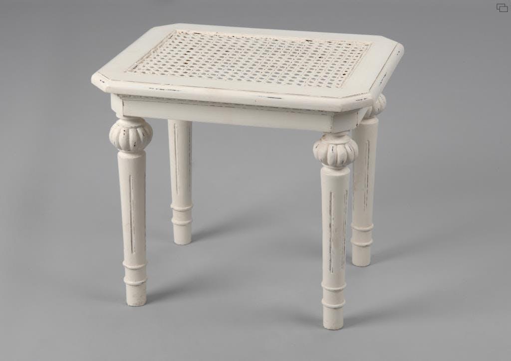 Tabouret de coiffeuse canné classique chic en bois blanc vieilli LEONIE L45 x P35 x H42 AMADEUS