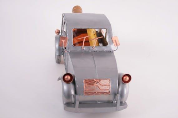 Porte bouteille Vieille voiture 2CV avec les balais essuis-glaces relevés, en métal 31x14xH15cm - Coloris alu et cuivre