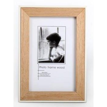 Cadre photo pour photo 10x15cm en bois naturel et bordure blanche