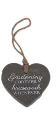 """Suspension C?ur en ciment gris foncé """"Gardening Forever Housework Whenever"""" 10x13cm"""