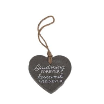 "Suspension C?ur en ciment gris foncé ""Gardening Forever Housework Whenever"" 10x13cm"