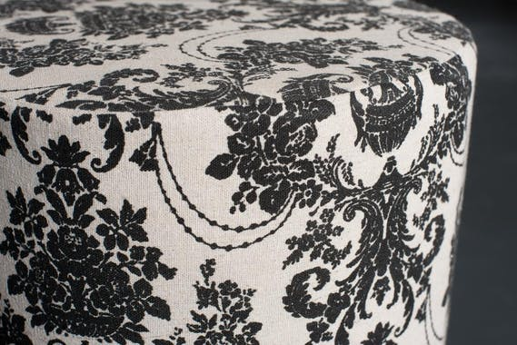 Tabouret bas rond tissu écru baroque VALENTINE 30X30X38cm