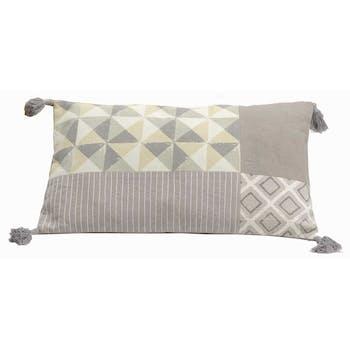 Coussin rectangle housse 100% coton patchwork gris avec motifs géométriques et pompons 30x50cm