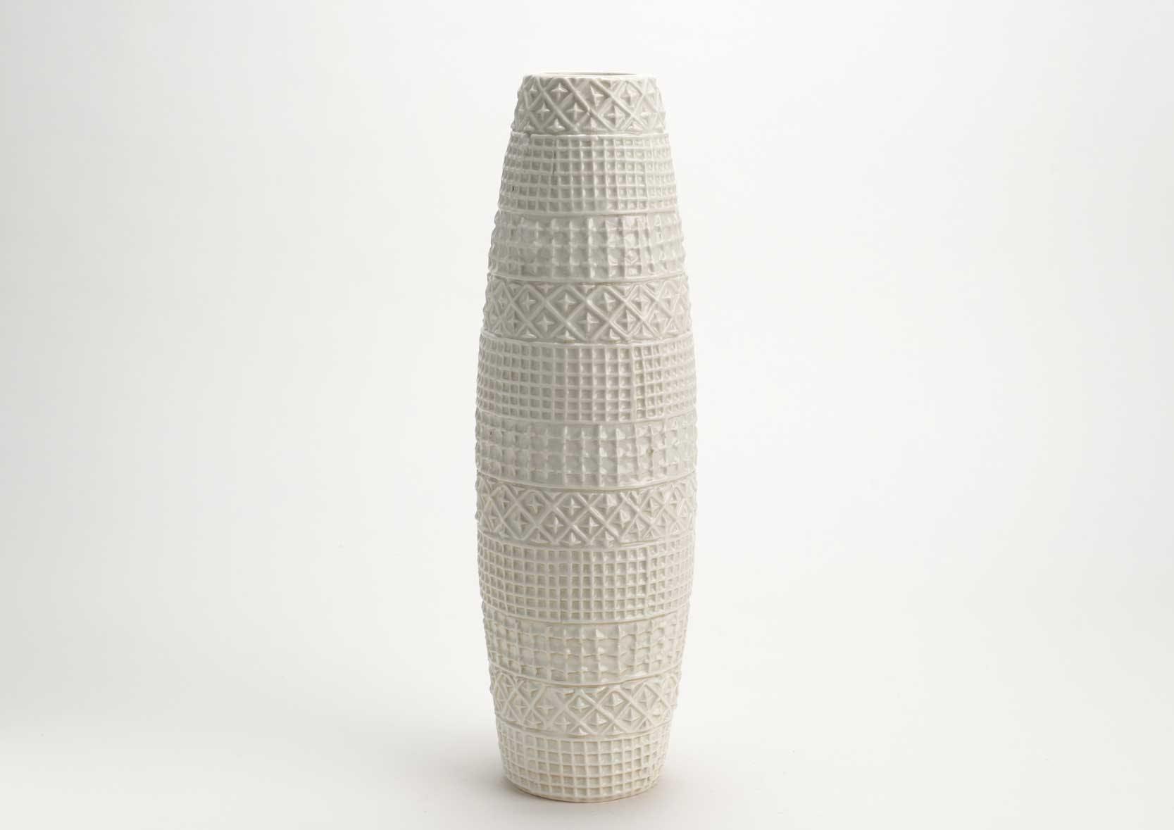 Vase haut forme obus céramique blanche avec motifs en relief D14 H43cm
