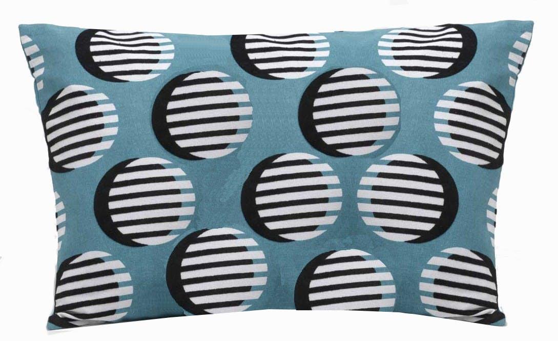 Coussin rectangle housse 100% coton bleu avec motifs ronds noirs et rayures blanches 30x50cm