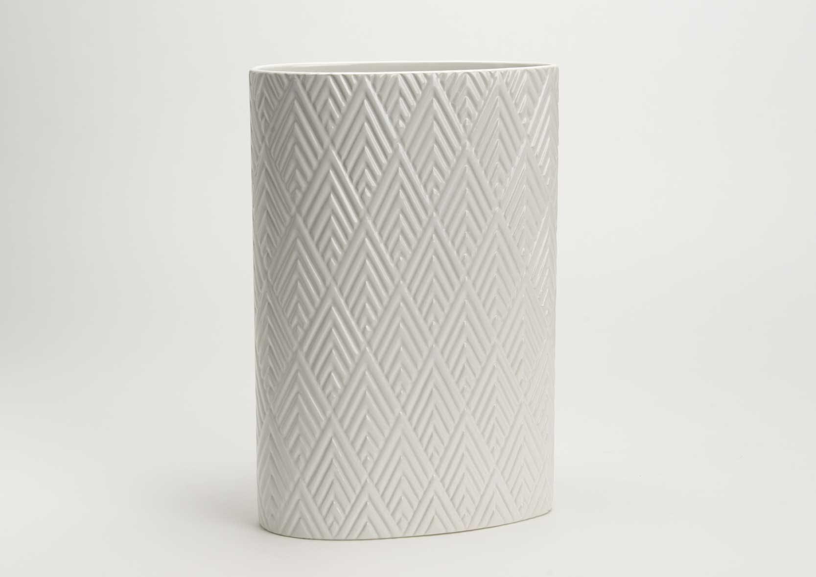 Vase oval blanc aspect brillant avec motifs géométriques 22x11x32cm