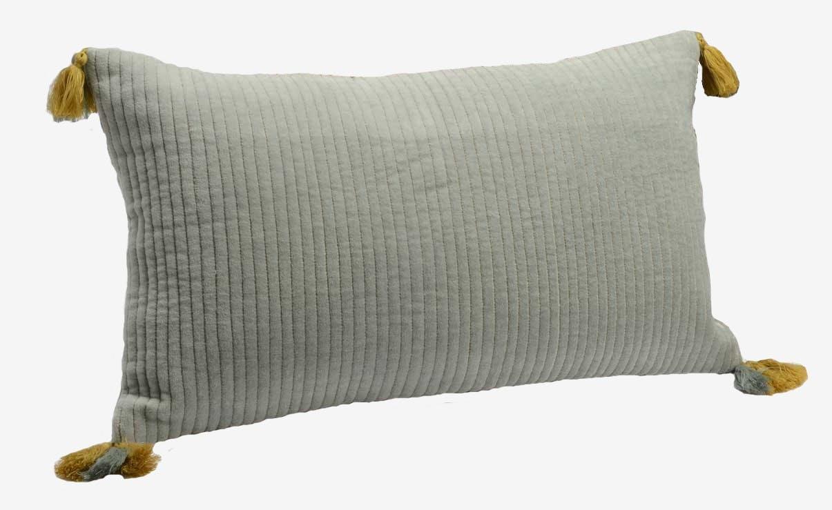 Coussin velours couleur gris bleuté touché doux lignes en relief avec pompoms 30x50cm