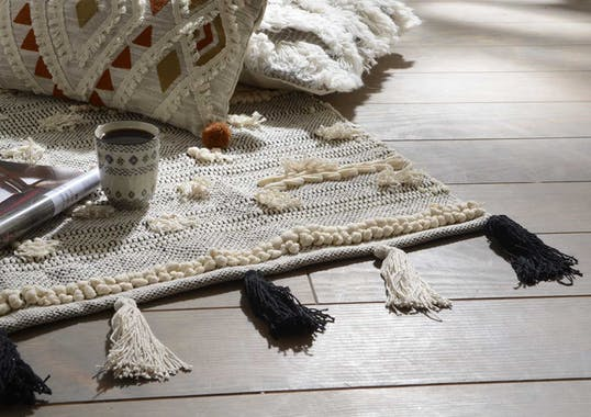 Tapis Evasion tissage coton couleur naturelle avec pompons noirs et écrus 60x90cm