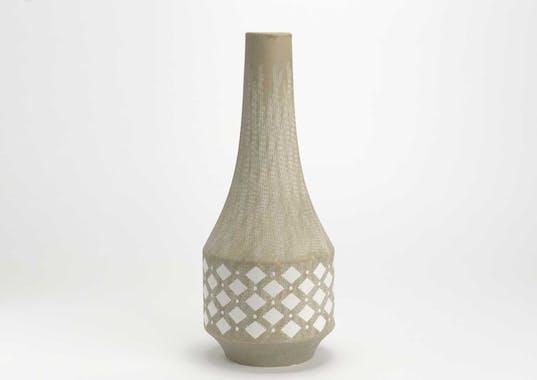 Vase Evasion forme cône en grès couleur sable décor losanges et rayures blanches H42cm
