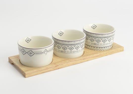 Coffret Steppe de 3 Bols en porcelaine écrue avec motifs linéaires et liseré couleur bordeaux sur plateau bois