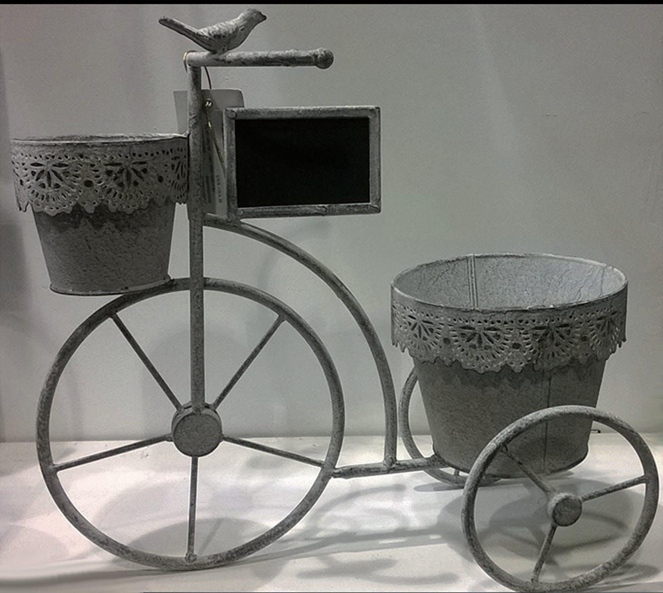 Vélo porte-plantes métal grisé aspect vieilli avec 2 pots décor dentelles + ardoise 38x17x36cm
