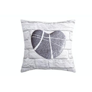 Coussin décor galet forme coeur sur mur de briques blanc 40x40cm CALLY