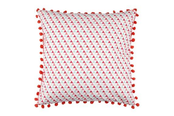 Coussin motifs géométriques bleu rouge corail et petits pompons 40x40cm 100% coton ISOCELE ROUGE
