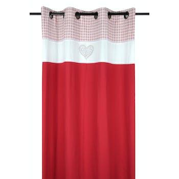 Rideau romantique rouge décor façon carreaux de ciment et coeur brodé sur bandeau blanc 140x260cm à oeillets DARLA ROUGE
