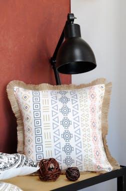 Coussin blanc imprimé géométrique et frange beige 40x40cm en coton ORYLIA
