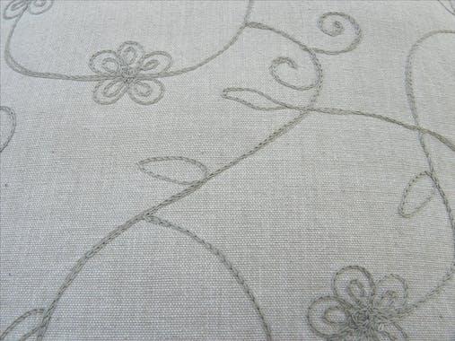 Coussin fleurs brodées taupe 40x40cm