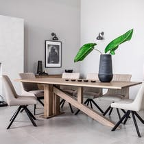 Table à manger moderne piètement oblique chêne massif 200 cm HUDSON