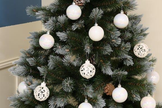 Boite de boules de Noël blanches assorties