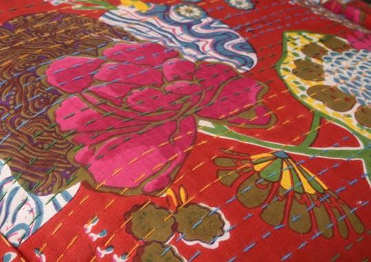 Banc capitonné rouge motifs exotiques 138 cm