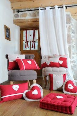 Brise bise rouge romantique coeur brodé dentelle et pompom 60x90cm 100% coton VERONE