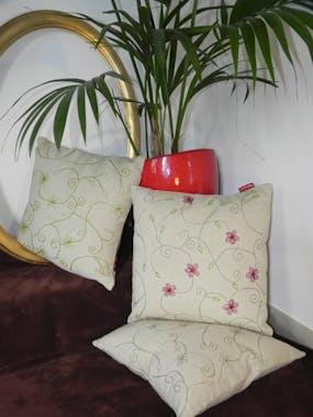 Coussin fleurs brodées pistache 40x40cm