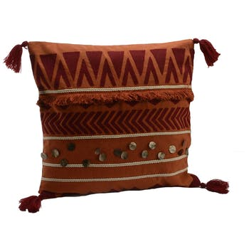 Coussin Pocahontas touché doux couleur brique avec motifs en relief inspiration Aztek, boutons et pompons 40x40cm