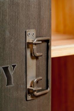 Bibliotheque etagere bois recycle et metal avec porte style indutriel