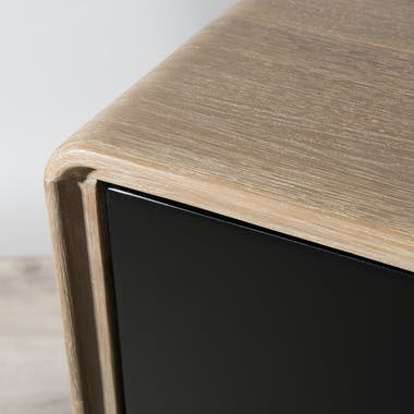Meuble TV en Acacia massif couleur naturelle 2 portes coulissantes noires, 2 niches et pieds métal 165x45x55cm PALMEIRA