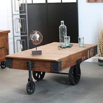 Table basse rectangulaure en bois recycle avec roulettes de style industriel