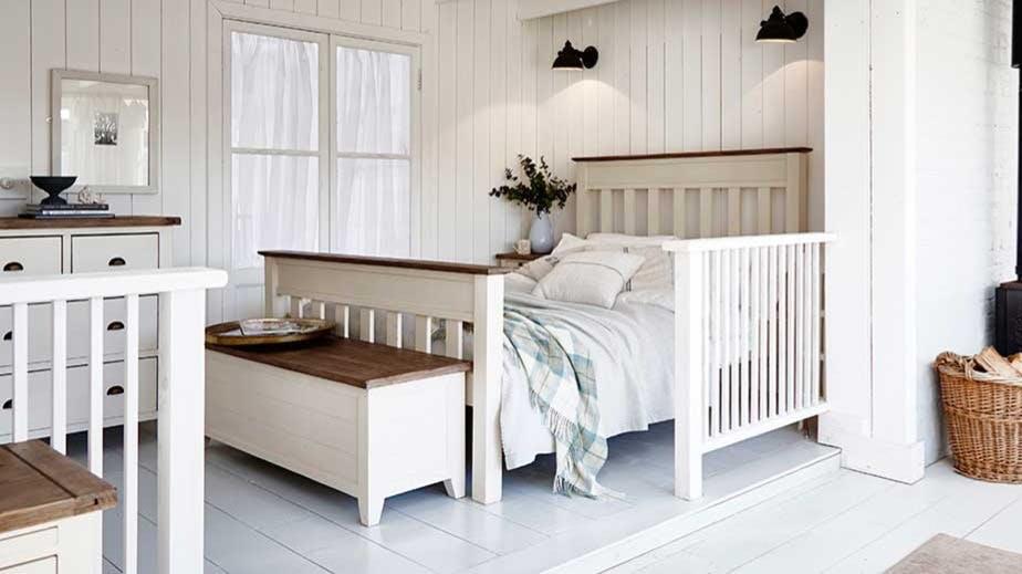 Meubles de chambre en bois recyclé : table de chevet, commode...